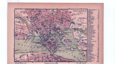 Farbige Illustrationen aus 1885 zeigen einen Stadtplan von Stockholm im Maßstab von 1 zu 20.000 und eine Umgebungskarte im Maßstab von 1 zu 150.000.